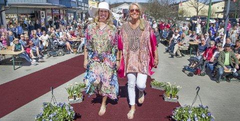 Moteoppvisning: Hedda Langmoen (t.v.), og Ingrid Nygård trivdes på catwalken. Også publikum storkoste seg i finværet på Flisa under vårfesten. Bilder: Jens Haugen