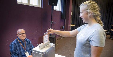 VALGURNE: Maia Hagen slipper sin første stemmeseddel ned i urna. Vidar Dalsberget, som er nestleder i stemmestyret for Sentrum valgkrets, vokter stemmeurna i valglokalet i Scene U.