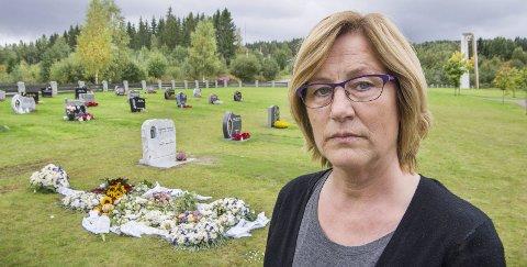 VED GRAVEN: Turid Tømta håper at andre ikke skal oppleve det samme som hun og flere av hennes familiemedlemmer gjorde under begravelsen av ektemannen Jan i forrige uke. Den manglende skiltingen til Holt gravplass gjorde at de ikke fant fram og gravfølget måtte vente ved graven på dem.
