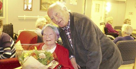 Stort: Anny Kilen, 100 år 6. september, synes det var stort å møte Thorvald Stoltenberg. Ap-politikeren synes det var stas å møte en så frisk, morsom og «frekk» 100-åring. Bilder: Kenneth Mellem