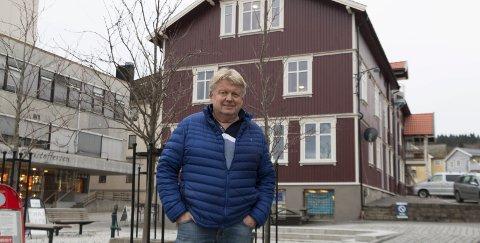 FORNØYD: Terje Schie (68) har investert over to millioner kroner på istandsetting og oppgradering av Apotekergården på Stasjonssida. Før jul skal alle ti leiligheter og to hybler stå klare til bruk.