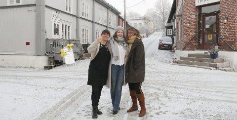 VELKOMMEN: Cecilie Eker Samways fra Krudt (til venstre) og Sonja Våla fra Frøken Herdahl (til høyre) ønsker Mari Søbye Østlid og Kafé Bohem velkommen til hjertet av Øvrebyen.