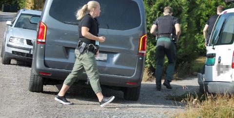 PÅ VEI INN: Politiet slo til samtidig mot de to bedriftseierne, som ble pågrepet og siktet i en bedrageri- og helerisak.FOTO: Arnfinn Storsveen