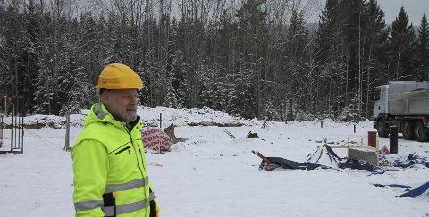 Gravd ut: Stefan Grønnerud i KKEiendom er godt fornøyd med at arbeidene er i gang. Her foran den utgravde tomta for det som skal bli to boliger. Bilder: Arnfinn Storsveen