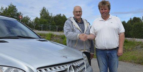 LANGVEISFARENDE: Jan Kåre Myrvang (til venstre) kom helt fra Hammerfest for å kjøpe en Mercedes ML hos Rune Engesvoll i Bil 1 Gran. 71-åringen brukte to dager på turen til Jaren, og like lang tid hjem igjen.