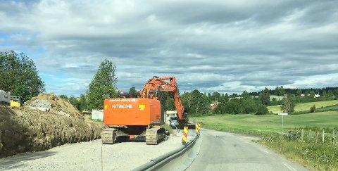 NY KANTSTOPP: Hadeland Anlegg er i gang med å bygge kantstopp for buss i Kapellvegen.