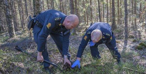 Narkotika: Her graver rune Grimstad og Magne Gundersen ned narkotika som skal ligge gjemt til hundene kommer for å snuse det fram under nordisk mesterskap for politihunder kommende uke. Alle foto: Arfan baomidehaq
