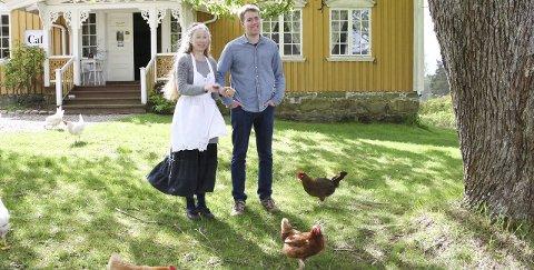 IDYLL PÅ ASLAKSTRØM: Sissel Margrethe Børke og sønnen Hans Petter Aslakstrøm ute på gårdstunet sammen med frittgående høner. Gården er åpen for publikum.