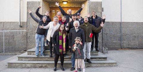 KLARE FOR FESTIVAL: Bak (f.v.): Martin Nøhr, Karoline Stenberg Henriksen (inspisent), Nils Otto Økern-Klevmo (festivalsjef), Bjørn Bakke og Stein-Arild Rød. Midten (f.v.): Jens Olav Johansen, Monica Hjelle, Vera Klevmo, Bernt Løland og Maths Løland (leder og produsent). Foran (f.v.): forfatter Kristin Søhoel, regissør Morten Milde og Tora.