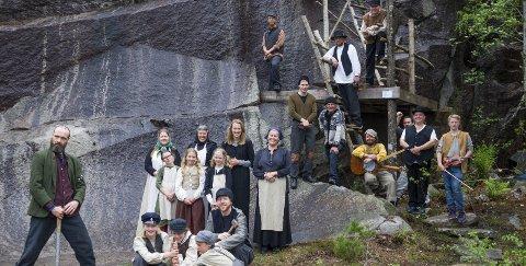 KLART TIL FORESTILLING: Søndag var den første øvingen med kostymer til teaterforestillingen «Parat» som er satt opp i anledning Stenhoggerfestivalen på Ystehede.