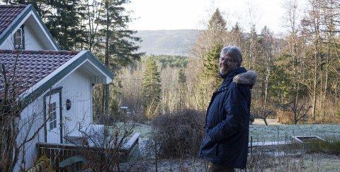 SER OVER TIL SVERIGE: Her er utsikten til Tore Wilhelm Johansen. Han forteller at hytta har mye historie.
