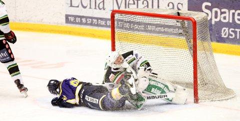 UHELDIG : William Lundsten fikk en Gjøvik-spiller i full fart inn i seg.