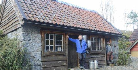 Eldhuset: Her røyker Anders Gavle julematen som vert servert på Tjødnadalen gard. Sjølv om færre arrangerer store julebord, understrekar han at det er kjekt å ta imot gjestene.