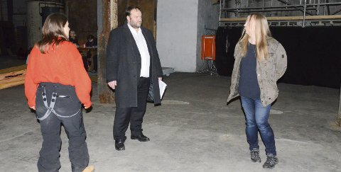 Regissør: Martine B. Lundberg gir instruksjonar til Roald Aga Haug og Terje Hultstrand.