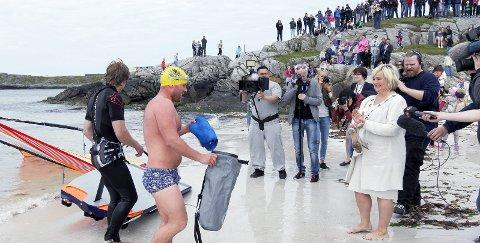 Stor festivitas: 5. juni i fjor kom Stian Vikre svømmende med det blå flagget. Daværende ordfører Åse Simonsen fikk æren av å heise flagget.       Arkivfoto: Ruth S. Sveistrup
