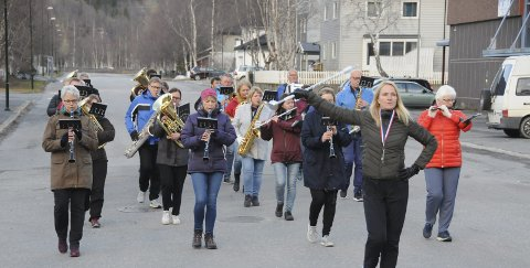 ÅRETS FØRSTE MARSJERING: Hornmusikken Fram er tradisjon tro til stede når 17. mai feires i Mosjøen. I år står minst fem marsjer på repertoaret. Siv Benjaminsen var nylig til stede på ei øving som tamburmajor.Foto: Tor Martin Leines Nordaas