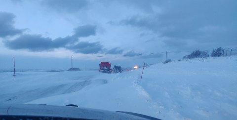 BERGINGSARBEID: Bergingsarbeid av bil pågikk lørdag morgen ved Mortensnes i Nesseby.