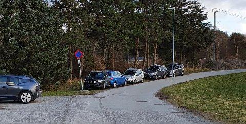 FEILPARKERT: Her er det ikke lov å stå parkert, og det er skiltet om dette flere plasser, forteller Klepp kommune.