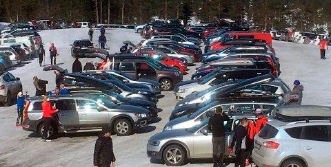 FULLT: Bra med trafikk på påskefjellet. Fredag var det tidvis så fullt enkelte steder at det ikke var plass til flere biler. Bildet er fra Høgda fredag, hvor det fortsatt var litt plass til turister.
