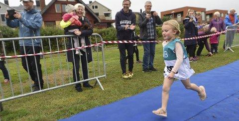 GIR ALT: Lilly Sjødal heies inn av familie og tilskuere på søndagens barnetriatlon i Kongsberg. Det var ikke noe å si på innsatsviljenALLE FOTO: OLE JOHN HOSTVEDT