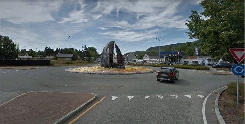 NY KUNST: Det planlegges en ny kunstskulptur i rundkjøringen i Hvittingfoss. Prosjektet har en anslått prislapp på 350.000 kroner. Illustrasjonsfoto: Hvittingfoss ved Lågen.
