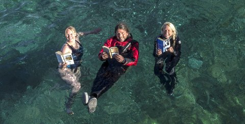 Bokbad: Therese Holtan Larsen (f.v.), Sandro Della-Mea og Kari Schibevaag fra Lofoten Activity Center inviterer til morgenbad og litterær frokost under Reine Ord i 2018.Foto: Tine Poppe