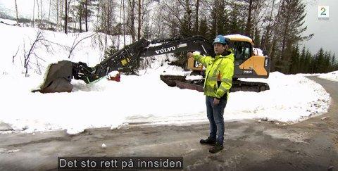 TV: Markus Skårdal var med på TV-innslaget og viser hvor boretårnet sto da det ble stjålet. Foto: Skjermdump