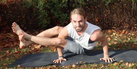 KASTELLET: Mikkel Dahl Lund (31) i yogapositur i sin egen hage på Nordstrand.