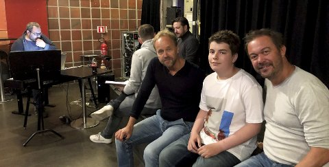 : Mads sammen med manusforfatter Øystein Wiik (tv) og regissør Mattias Carlsson (th). Bak er skuespillerne Hans Marius Hoff Mittet, Jan Martin Johnsen og Hans Einar Apelland (musikalsk ansvarlig).