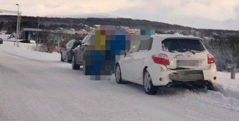 Bilene som har vært involvert i et trafikkuhell i Giæverbukta står ikke til hinder for trafikken. Foto: Eskil Mehren