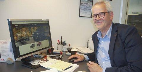 TAR INN NYTT MERKE: – Jeep Wrangler er et ikon, sier daglig leder John Arild Sønsteby i Øyhus Motor, foreløpig med bilen bare på datskjermen, men snart også i utstillingshallen.FOTO: ØYVIN SØRAA