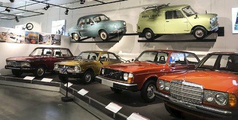 70-TALLET OG DEROMKRING: Norsk kjøretøyhistorie fra 1870 og fram til idag er representert på det splitter nye kjøretøyhistoriske museet på Hunderfossen ved Lillehammer. Her er rekke med gromme biler fra det fargerike og morsomme 1970-tallet: En BMW, en Toyota Corolla, en Volvo 242 og en Mercedes «123». Hengende på veggen over, er vi tilbake på 60-tallet, med en Renault Dauphine og en Morris Mini van. foto: frode hermanrud