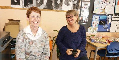 LESEGLEDE: Lærer Anne Marit Holene (til venstre) og Amalie Klæbo fra Ås bibliotek har stor glede av samarbeidet.
