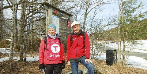 BLI MED PÅ TUR: Ingunn Bjørkavåg og Terje Thurmann-Moe er turledere på søndagens fellestur fra Fiskevollbukta til Breivoll, som er den første av fem turer i Follosømmen. I bakgrunnen skimtes Breivoll, som DNT etter planen skal overta fra nyttår. ALLE FOTO: Mette Kvitle
