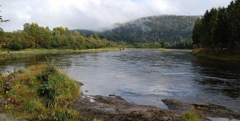 Trekassen: Asle hadde alltid bodd ved elven, men aldri tenkt på hvor vannet som fløt forbi egentlig kom fra. Ikke før i går, da den lille trekassen fløt inn til bredden der Knokelven gjorde en sving ved gården han bodde på.Illustrasjonsfoto