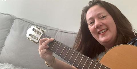 ØVER: Kanskje kan jeg bli skikkelig god på gitar mens jeg er i karantene?