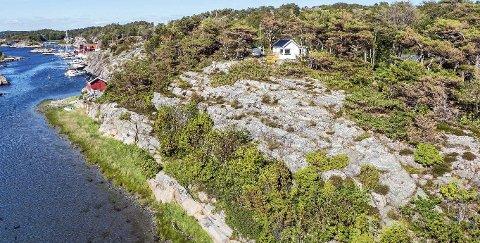 Beliggenheten koster: Tomta er stor, det er strandlinje og panoramautsikt, men hytta er liten og av det enkle slaget.