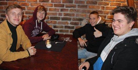 Breviksguttene Fergus Nikolay Knutsen, Albert Grunnsund, Emil Lubbø og Thor Espen Fink Andersen feirer med pizza at ekspertutvalget ikke vil foreslå et deponi til Brevik.