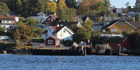 Dette er dagens eksisterende fergekai på Sandøya Rådmannen i Porsgrunn kommune foreslår at dagens fergekai også skal bli permanent fergekai med landbasert infrastruktur til den nye helelektriske fergen til Brevik Fergeselskap IKS. Arbeidet med reguleringsplan for ny kai på Moloen stanses.