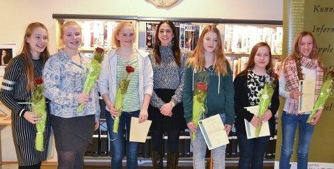 Vinnere: Alle vinnerne mottok blomst og diplom. Her står de med forfatter Annette Münch (i midten).