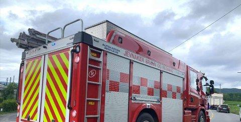RYKKET UT: Brannvesenet i Jevnaker på vei til trafikkulykken mandag ettermiddag.
