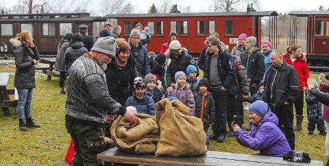 Drømmejul: Banemester Per Ove Østerud var julenisse på Bingsfos stasjon under kjøringen med Tertitten på nyttårsaften. Nå ser alt ut til å være i rute. Alle foto: Rune Fjellvang