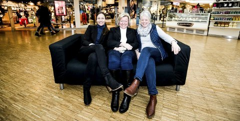 Sofasmil: Senterkontoret er veldig fornøyd med  å bli kåret til årets kjøpesenter i Steen & Strøm-gruppen. Fra venstre: Lene Mortensen, Laila Sønstevold og Laila Leivstad. ALLE FOTO: TOM GUSTAVSEN