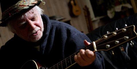 Tradisjonsbærer: Trond Granlund ga ut sitt første album i 1973. Lørenskogingen er svanger med nytt album i løpet av året, og mannen som har vært live-artist i drøye 50 år blir mer og mer for en tradisjonsbærer av norske musikkarv å regne.  Foto: Roar Grønstad