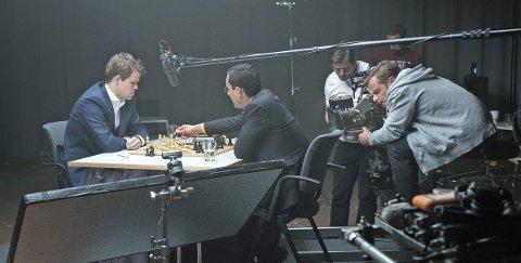 Bønder på banen: Magnus Carlsen har spilt inn reklamefilm sammen med hundre bønder og 50 traktorer fra Romerike. Foto: Espen Solli
