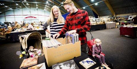 PÅ MØBELJAKT: Elise Brufors og Thomas Sveen fant ikke noen møbler til huset Eidsvoll, men både LP-plater og andre småting fristet. Barna Vilde (9 mnd) og Frid (2 år) var også med. Foto: Lisbeth Andresen