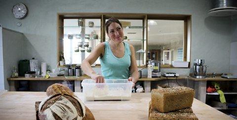 Økologisk fra hurdal: Mot slutten av dagen setter baker Jana Altmanova ny surdeig. Foreløpig er produksjonen på rundt 250 brød i uka. ALLE FOTO: ELISABETH JOHNSEN