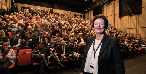 Bygdas nye storstue: Kulturhus Mariann Torsvik opplever for første gang at Storsalen fylles av publikum. Hun syntes det var så overveldende å åpne dørene for Kulturverket Flammen at hun ikke var helt sikker på at det var virkelighet. Alle foto: Vidar Sandnes