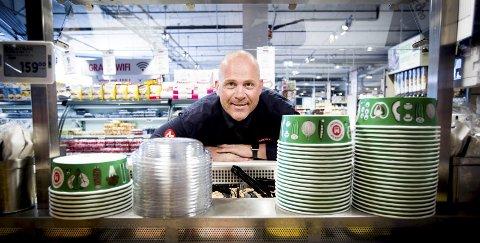OVERGANG: Hos Thomas Jansen i Meny-butikken på Skedsmo i Akershus fases plastboksene i salatbaren ut og erstattes med pappbokser.