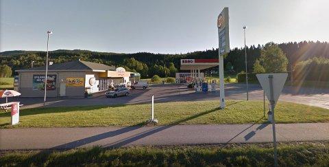 TRUENDE GJEST: Flere meldte fra om den truende mannen på Esso-stasjonen i Nittedal natt til lørdag.
